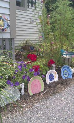 Whimsical Yard Ideas | Whimsical garden with thrift store dinner plate border