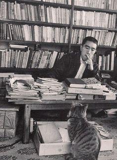 Yukio Mishima entre libros
