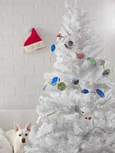 You can also create Christmas tree garland with last year's cards. #hgtvholidays http://www.hgtv.com/handmade/20-modern-handmade-holiday-decorating-ideas/pictures/page-20.html?soc=hpp