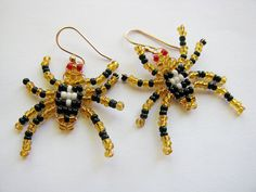This fun tutorial shows you how to make this cute pair of beaded spider earrings