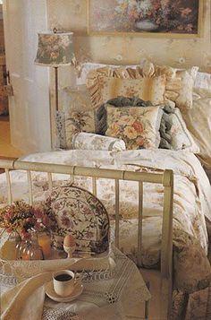 romantic bedrooms, romant cottag, soft colors, cozy bedroom, cozi bedroom, lamp