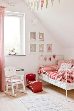 Basic #kinderkamer met wit en rood | Simple #kidsroom with white and red, but so cute!