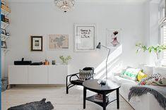 tant johanna, tant johanna lägenhet, lägenhet göteborg, tant johanna lägenhet till salu, lägemhet göteborg till salu, skrivbord med bockar, vita trägolv, volang, volang elle interiör, inrednings inspiration, inspiration inreda lägenhet,