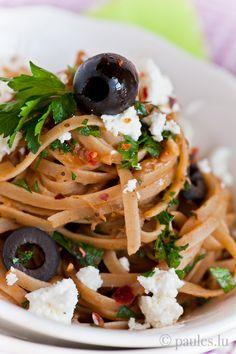 • Vollkorntagliatelle mit Auberginenpüree, Anchovis, Oliven und Feta