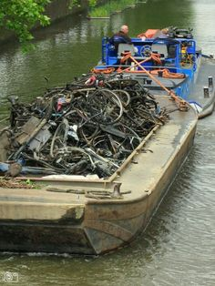 Cleaning the canals: a lot of rusty bikes