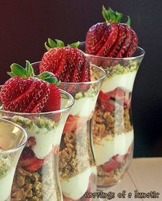 sweet, strawberri parfait, pistachios, dessert recipes, food, strawberries, yummi, strawberri cannoli, cannoli parfait