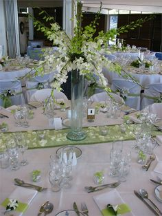 Table setting green and white wedding decor