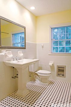 BEFORE: The Classic Color Combination That Saved This Bathroom