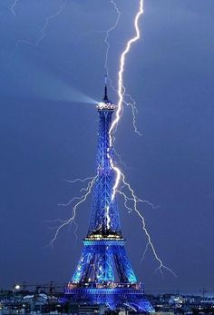 Lightning in Eifel tower
