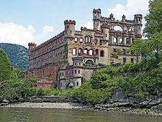 Bannerman Castle on Pollepel Island in the Hudson River / New York