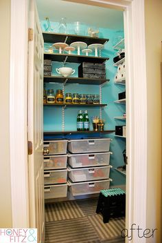 Ohhh... to have a big pantry like this. Must keep the organization ideas handy...