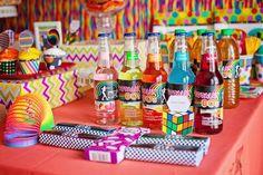 Una colorida mesa para una fiesta años 80 / A colourful 1980s party table