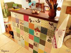Adesivos para azulejos. http://tricocombossa.blogspot.com.br/2012/09/decorando-com-tecido-e-adesivo.html