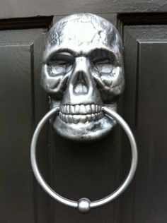 Make a Painted Skull Door Knocker - Halloween! skulls - Halloween Decor - Halloween ideas - skull door knocker outdoor decor - #halloween  #skull #halloweendecor