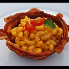 Nom nom. Bacon bowls filled with Mac n Cheese. Oh gawd... So gonna do this.