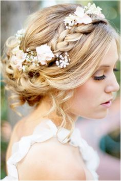 Wow, this would be so cool for a wedding. Instead of having a tiara or crystal headpieces, having flowers in your hair would be beautiful. Especially with a lace dress or outdoor wedding. bridesmaids, bridesmaid hair, flower crowns, headpiec, braids, bohemian weddings, coiffur, flowers, wedding hairstyles
