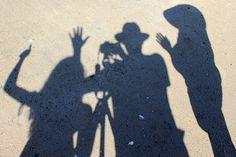 sombras      praia      foto      projeção      areia      beach      camera      silhouet      silhoueta      chapéus      acenando      chão pregnancy maternity maternidade gravidez gestação grávida praia beach day sun sol dia mar oceano ocean areia sand sly ceu azul blue woman baby barriga neném
