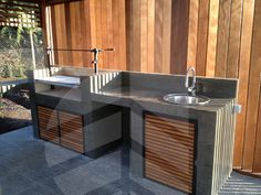 Detalle de quincho en terraza con cortavista - Muebles con troncos ...