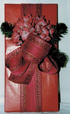 gift wrap - easy - burlap & silk hortensias with artificial fir  -  http://la-couronne.de/