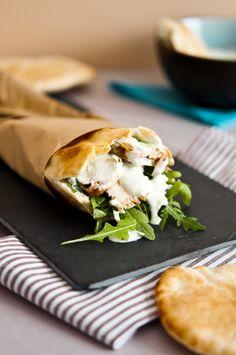 Pan de pita con pollo y salsa tzatziki