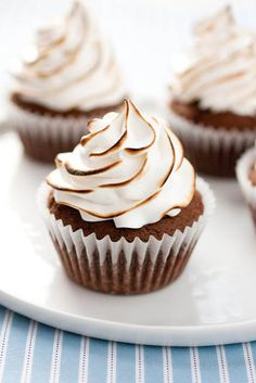 Brownie cupcakes with marshmallow frosting... these look devine! Click for recipe.