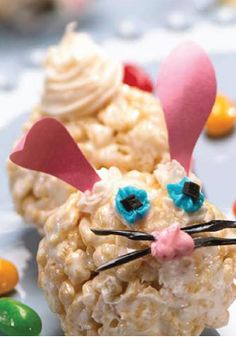 Rice Krispies Easter Bunny Treats -- An easy shape for little hands to mold and decorate. You and your kids will be so very happy with these cute springtime goodies.