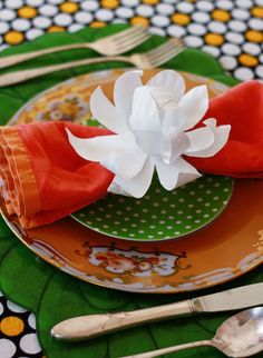 table settings, napkin rings, napkin holders, paper flowers, paper plate crafts, handmade flowers, paper crafts, magnolia, paper plates