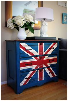 Don't you love it?! I'd love to take credit for being so creative but I saw this idea on Miss Mustard Seed (a fab home furniture makeover blog btw) & followed her tutorial completely