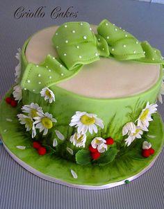 Daisies and wild strawberries cake