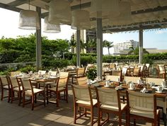 EDGE Steak and Bar at the Four Seasons Hotel #Miami serves grilled-to-order meat and ribs alongside a taco station, a raw bar, and a dessert spread of cortadito crème brûlée and rum tres leches cake.