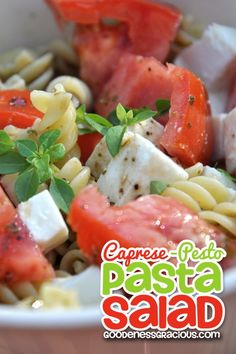 Caprese Pesto Pasta Salad: Super easy pasta salad that combines the flavors of a Caprese Salad with a powerful Pesto punch! So good!