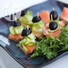 Koreczki z wędzonym łososiem -http://allrecipes.pl/przepis/10368/koreczki-z-w-dzonym--ososiem.aspx