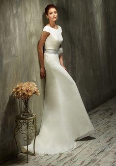 Elegantes puristisches schmal geschnittenes Brautkleid aus Chiffon und ...