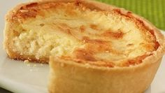 Torta de queijo Suíça (Helvetia)  01 gema 1 1/2 xic.  de faria de trigo 1 1/2 col. sopa de gordura hidrogenada 1 col. sopa de margarina 1 col. sobremesa rasa de fermento 1/2 xic. de leite 1 col. chá de sal  Recheio:  6 Ovos 3 1/2 xic. queijo parmesão ralado grosso 2 xic. de leite 1 col. de margarina sal a gosto