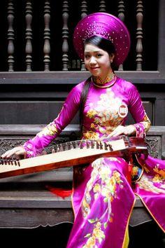 Người đẹp e ấp với áo dài nơi phố cổ.  Trịnh Thị Minh Huệ, Lạng Sơn.