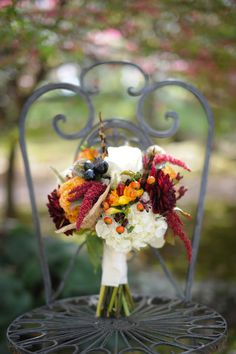We love this color palette! #fall #weddingcolors #bouquet #theweddingbelle - For more ideas and inspiration like this, check out our website at www.theweddingbelle.net
