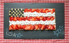 EASY, kid-friendly memorial day or 4th of July flag dessert from graham crackers, fruit and marshmallows