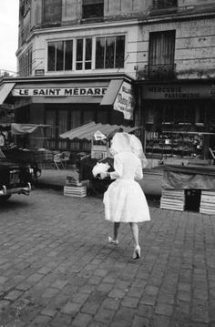 1963: A solitary bride crossing a Parisian street. Photo: Alfred Eisenstaedt