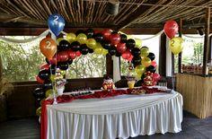 mesa de la torta con Arco de Mickey mesa de
