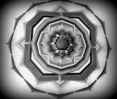 Mandala inspirado en los Ojos de Dios del pueblo Huichol de Mexico. Recreacion personal.(incluye pequeña vasija modelada, cactus y planta patagonica).
