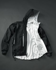 Polychrome Hybrid is a reversible jacket with 3 layers and two temperature zones. Cooling effect: Silver reflects solar radiation and protects the body from warming. This causes a pleasant cooling effect. Warming effect: Black absorbs solar radiation and generates heat that will be transported to the body. This keep warm and prevents the risk of cooling.
