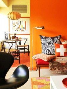 Los colores naranjas evocan emoción y entusiasmo. Al igual que el tono fuerte amarillo estimula el apetito y la conversación, puedes aplicarlo en salas de juegos, salas para hacer ejercicio y zonas sociales. El naranja es el color de la confianza.