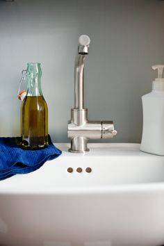 Olive Oil as a facial cleanser. Loving this kitchen beauty tip