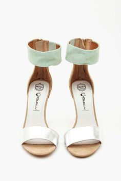 Sweet mint & silver sandals http://rstyle.me/n/mhj9znyg6