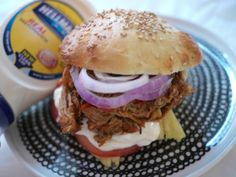 TISKIVUOREN EMÄNTÄ: Pulled pork eli nyhtöpossu-hampurilaiset, hyvä bbq kastike tässä