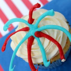 An easy way to decorate patriotic fireworks cupcakes to celebrate the 4th of July