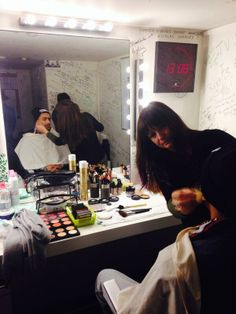 Séance maquillage pour #WeldEl15 dans la loge de #TV5MONDE juste avant l'enregistrement.