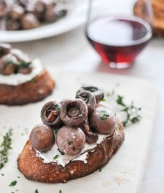 Red Wine Roasted Mushrooms on Goat Cheese Garlic Toasts I howsweeteats.com