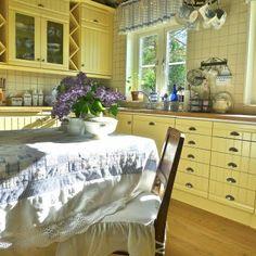 sunny & cheery yellow kitchen