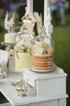 Outdoor wedding? Protect your cakes from the weather and insects with pretty holders like these! #weddingcakes